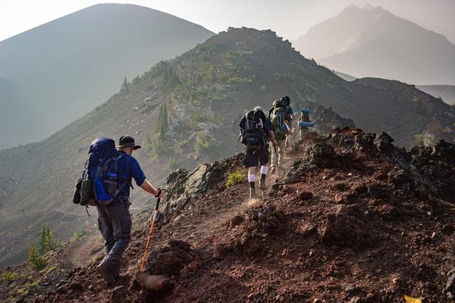 zdjęcie chodzenie po górach